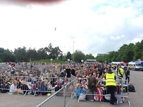 Lauantaiaamuna Olympiastadionilla oli jo odottamassa suuri joukko faneja.