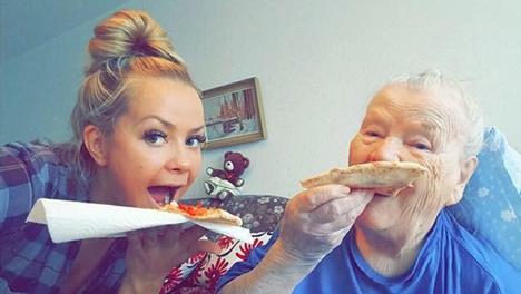 Lähihoitaja Silja Kouhia ilahdutti vanhempaa rouvaa pizzalla.