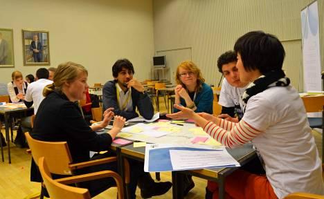 Asim Alvie (toinen vasemmalta) ideoimassa tiiminsä kanssa. Muut jäsenet vasemmalta lukien Marianna Mäki-Teeri, Elina Multaharju, Jonathan Josué Loaiza ja Ting Xu.
