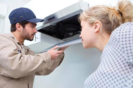 Siivousalan ammattilainen muistuttaa myös liesituulettimen rasvasuodattimen putsauksesta.