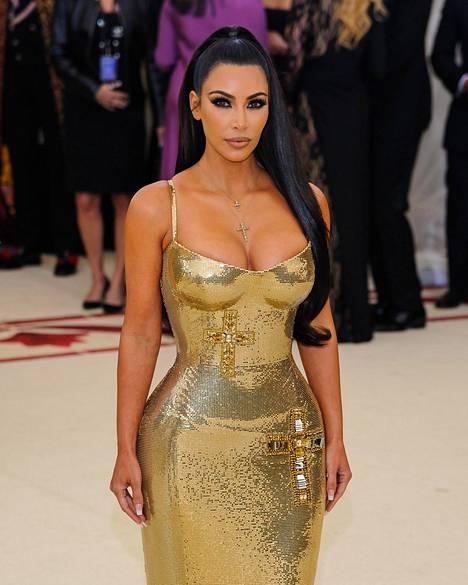 37-vuotias tosi-tv-tähti oli kuin Kleopatra upeassa Versacen luomuksessaan.