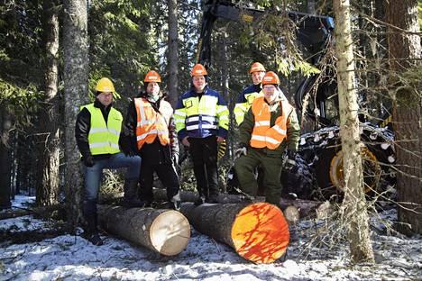 Vasemmalla ostajan Versowoodin hankintaesimies Kimmo Hytönen, leimikon tehneen Päijänteen metsänhoitoyhdistyksen metsäneuvoja Tuomo Kauppinen, puun kaatanut Puuppolan metsätyön hakkuukoneenkuljettaja Markku Nurminen, ajokoneenkuljettaja Risto Ruppa ja metsänomistaja Pasi Jaakkonen.