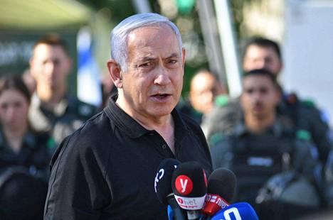 """Israelin pääministeri Benjamin Netanjahu sanoi sunnuntaina, että Israel jatkaa iskuja """"niin kauan kuin on tarpeen""""."""