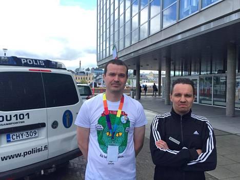 Jaakko Alavuotunki ja Jan-Mikael Hakomäki päivystivät vasemmistoliiton kokouksessa.