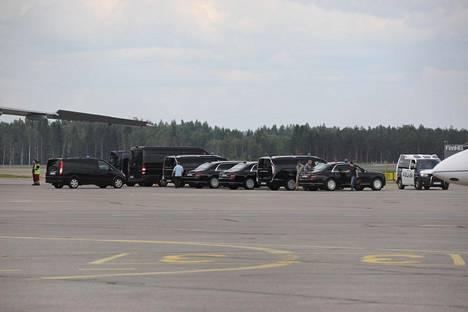 IS seurasi, kuinka Putinin henkilökunnan käyttämiä autoja purettiin ulos kuljetuslentokoneesta kello kahden jälkeen iltapäivällä.