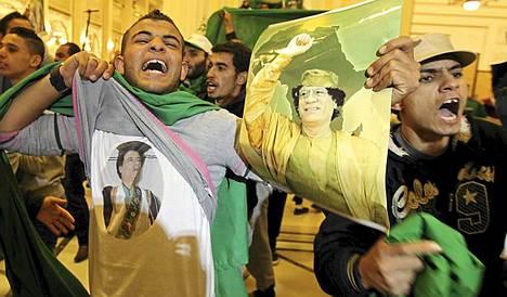 Muammar Gaddafin kannattaja osoittaa mieltään Tripolissa.