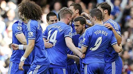 Chelsean pelaajat onnittelevat Eden Hazardia 3-0-maalista.