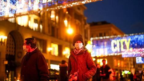 Pariskunta käveli jouluvalojen valaisemalla Lontoon Oxford Streetillä.