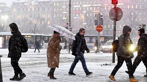 Ihmisiä Helsingin keskustassa tiistaina 5. helmikuuta 2019.