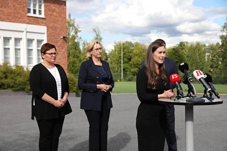 Sanna Marin puhui Kaipolan tehtaalla Jämsässä perjantaina. Paikalla olivat myös muun muassa ministerit Tuula Haatainen ja Ville Skinnari sekä Jämsän kaupunginjohtaja Hanna Helaste.