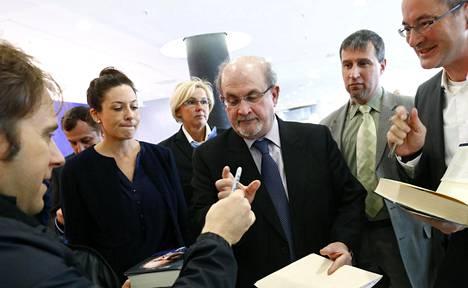 Salman Rushdie (keskellä) esiintyi lokakuussa maailman suurimmilla kirjamessuilla Frankfurtissa. Tuolloin Iran jätti osallistumatta tapahtumaan.