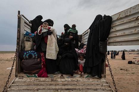 Kurdien SDF-joukot kuljettivat Isisin hallitsemilla alueilla kiinni otettuja siviilejä Al-Holin leiriin viime helmikuussa.