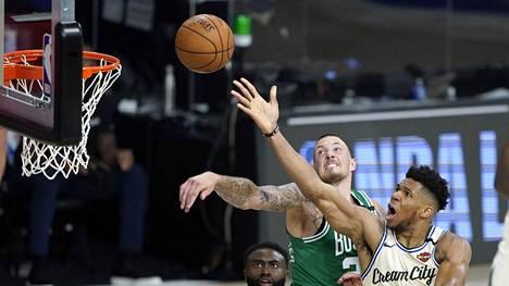 Giannis Antetokounmpon (oik.) Milwaukee voitti Boston Celticsin.