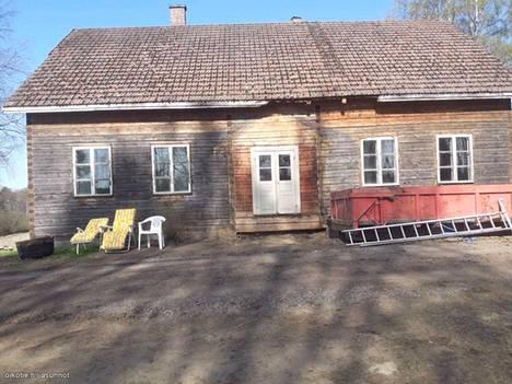 Hämeenlinnassa myynnissä on hirsikehikko. Kyse on vanhan talon rungosta.