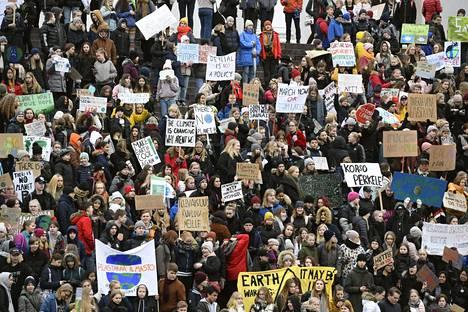 Nuoret mielenosoittajat kerääntyivät perjantaina Helsingissä tuomiokirkon portaille ennen nuorten ilmastolakon marssia.