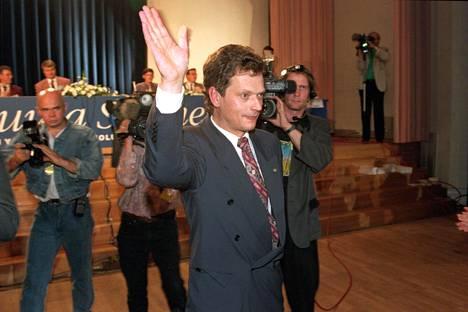 Sauli Niinistö valittiin kokoomuksen puheenjohtajaksi pehmeänä pidetyn Pertti Salolaisen tilalle Espoossa 1994. Niinistö ei ex-puheenjohtaja Ilkka Suomisen kanssa ollut juuri tekemisissä, ja Suominen koki asian välillä jopa loukkaavaksi.