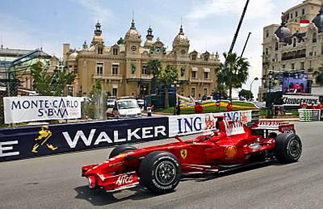 Kimi Räikkösen kisa Monacossa meni penkin alle.