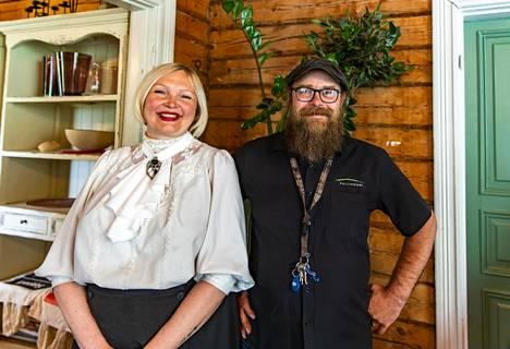 Irina ja Otto Ravantti pitävät hurmaavaa Kallioniemen huvilaa Ristiinassa. Otto vie matkailijoita laivallaan Astuvansalmen kalliomaalauksille.