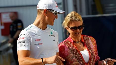 Michael ja Corinna Schumacher kuvattuna Hungaroringin varikolla Unkarissa heinäkuussa 2012.