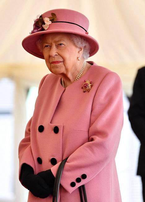 Kuningatar ihastutti vaaleanpunaisella asukokonaisuudellaan.