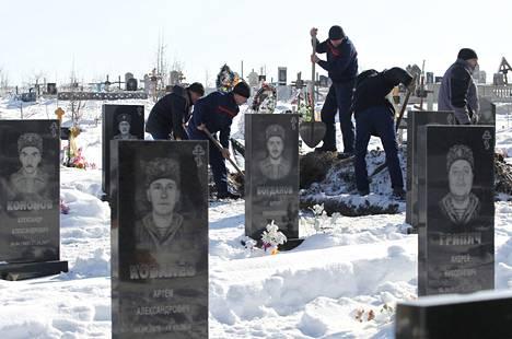 Haudatut. Itä-Ukrainassa Luhanskin alueella haudattiin neljä venäläismielisten taistelujoukkojen jäsentä, jotka kuolivat yhteenotoissa Ukrainan joukkoja vastaan.