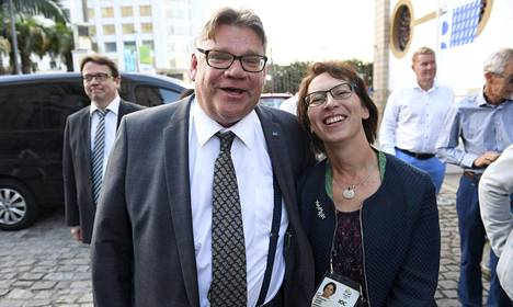 KOK:n jäseneksi valittu kristillisdemokraattien puheenjohtaja Sari Essayah hymyili ulkoministeri Timo Soinin kanssa Rio de Janeiron olympiakisojen aikaan.