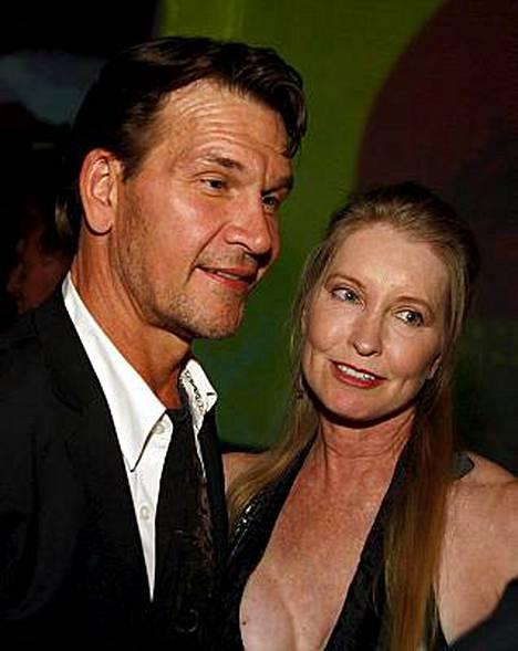 Patrick Swayze tunnetaan muun muassa leffasta Dirty Dancing - Kuuma tanssi (1987). Kuvassa vierellä vaimo Lisa Niemi.