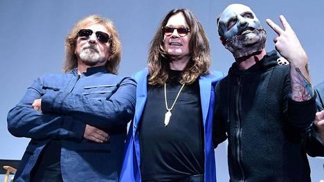 Black Sabbathin Geezer Butler ja Ozzy Osbourne poseeraavat Slipknotin Corey Taylorin kanssa. Bändit julkistivat viime viikolla pitävänsä yhteiskonsertin syyskuussa Kaliforniassa.