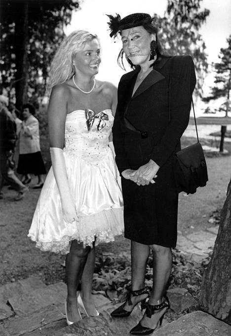 Murto Kirsti Paakkasen (oik.) seurassa 1989.