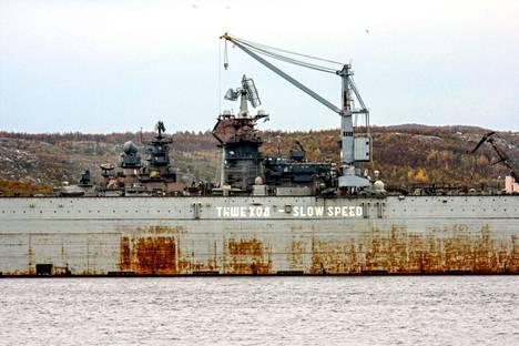 Arkistokuva uponneesta telakasta. Uutistoimisto Reutersin mukaan kaatunut nosturi aiheutti vaurioita telakalla olleeseen lentotukialukseen.
