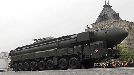 Venäjän mannertenvälinen Tropol-M-ydinohjus Voitonpäivän paraatissa Punaisella torilla viime toukokuussa.