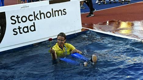 Karin Torneklint heitettiin vesiesteeseen Finnkampenin pääteeksi Tukholmassa viime vuonna.