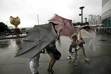 Myrskytuuli vaikeutti liikkumista Hongkongissa jo keskiviikkona.