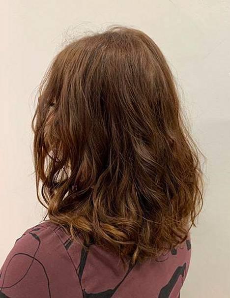 """""""Haluan päästä aamuisin helpolla, koska aina omien hiuksien laittoon ei jää paljon aikaa"""", sanoo Salon Saran Mari Schroderus."""