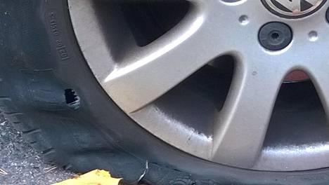 Teräväreunaiset kuopat tiessä voivat puhkaista renkaan kesken matkanteon.