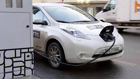 Sähköauto latauksessa Helsingin Kampissa.