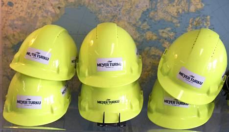 Pron lakkojen piirissä olisi noin 8000 työntekijää. Kypäriä Meyerin telakalla Turun Pansiossa syyskuussa 2016.