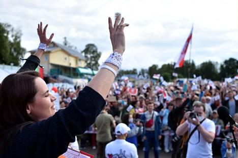 Presidenttiehdokas Svetlana Tihonovskaja vilkutti yleisölle perjantaina reilu viikko ennen vaaleja.