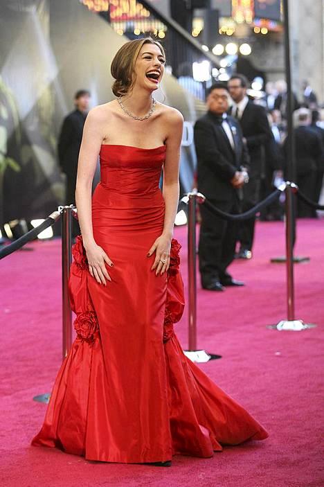 Anne Hathaway juontaa Oscar-gaalan James Francon kanssa,