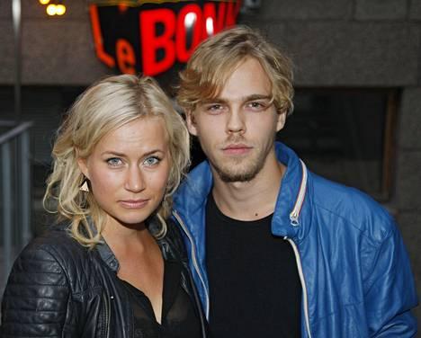 Minka Kuustonen ja Aku Sipola poseerasivat yhdessä vuonna 2014.