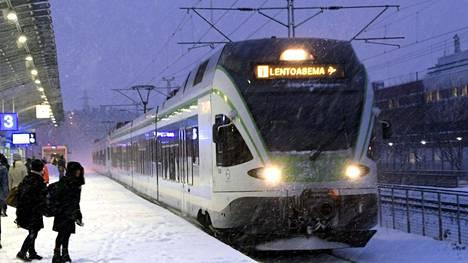 """Yle Svenskan haastatteleman matkustajan mukaan kuulutuksessa olisi muun muassa kehotettu junan etuosassa ryypiskelevää maahanmuuttajajengiä häpeämään. Konduktööri kuvasi seuruetta muun muassa """"ihmissaastaksi"""". Kuvituskuva."""