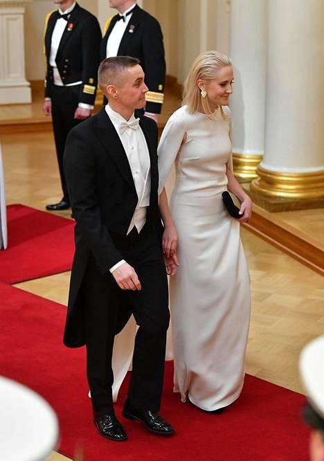 Valentinon puvun hinta on uutena 7000 euroa.