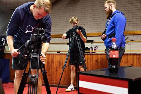 Kolapullon avaamista kuvataan kolmen kameran voimin, jotta temppu tallentuisi videolle parhaasta mahdollisesta kuvakulmasta.
