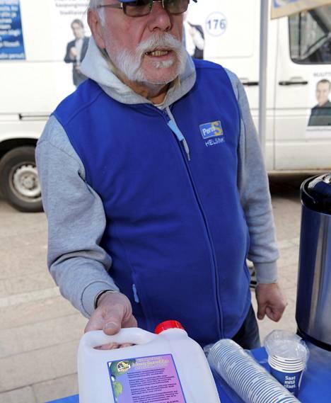 Perussuomalaisten Juha Pekka Kangas sanoo, että kahvitarjoilu on pois kotimaisilta pienyrittäjiltä. Hän tarjoaa mustaherukkamehua.
