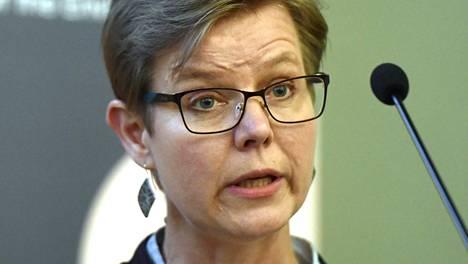 Ympäristöministeri Krista Mikkosen mukaan valtiontakaus sähköautolainoille madaltaisi korkokuluja ja laina-ajat voisivat olla jopa 10 vuoden pituisia.