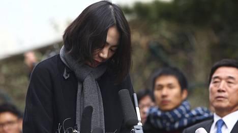 Korean Airin toimitusjohtajan tytär Heather Cho joutui joulukuussa pyytämään julkisesti anteeksi temppuiltuaan reittilennolla pähkinöiden vuoksi.