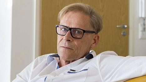 Liikemies Toivo Sukari kertoo lääkitsevänsä närästystään ruokasoodalla.