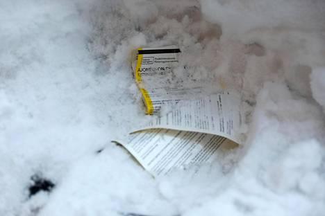 Tuomas Enbusken auton tuulilasiin jätetyt siirtokehotukset ja pysäköintivirhemaksut ovat jääneet paksun lumikerroksen alle.