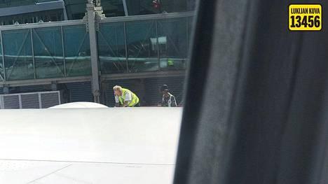 Helsingin-lennon piti lähteä tiistaina aamuyhdeksältä. Suomalainen matkustaja otti ikkunasta kuvan lentokenttätyöntekijästä, joka tutki rikkoutunutta konetta.
