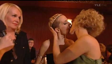 Muiskis! Miitta Sorvali katsoi hämmentyneenä vierestä, kun Maria Veitola ja Kristiina Komulainen suutelivat.
